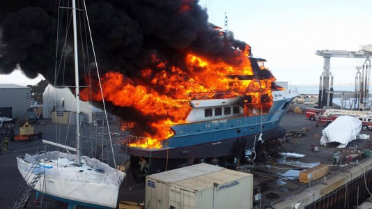 polar-bear-yacht-fire-hajotuz-hajozashu