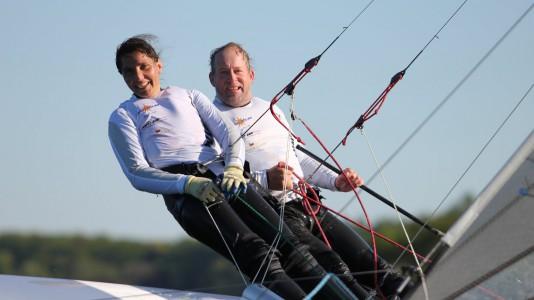 roland-gaebler-lemondta-a-kekszalagot-black-jack-balaton-sailing-hajozashu