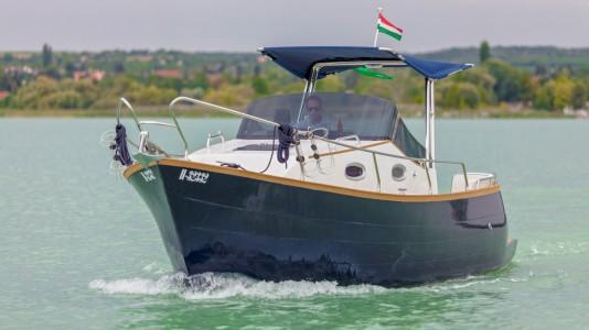elektromos-yacht-motorcsonak-balaton-kikoto-hajozashu