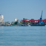 Süllyed egy uszály a bajai Duna-hídnál