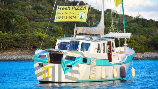 pizza-alommunka-vitorlas-hajo-karib-tenger-pizzafutar-etelrendeles-balaton-vitorlazas-hajozashu