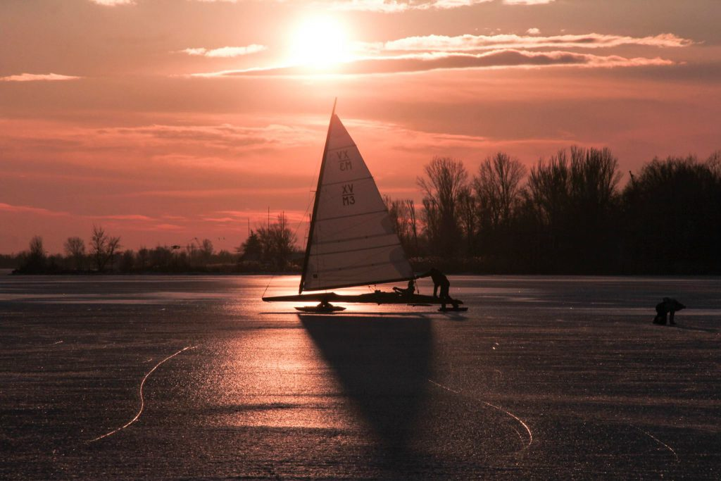 dn-jegvitorlazas-balatonfured-balaton-dn-osztalyszovetseg-sailing-ice-hajozashu-naplemente