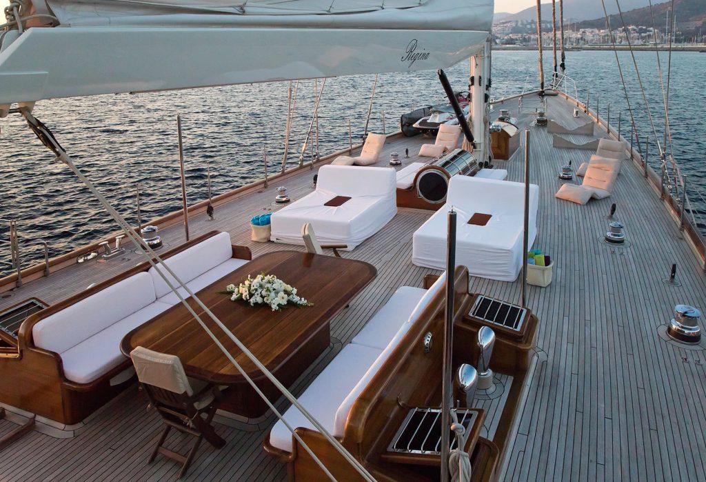 yacht-regina-skyfall-james-bond-szuperjacht-jacht-luxus-hajozashu-dinner