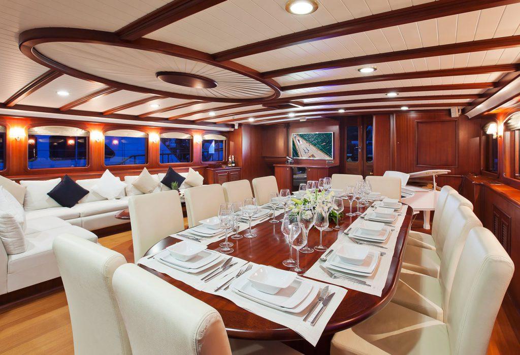 yacht-regina-skyfall-james-bond-szuperjacht-jacht-luxus-hajozashu-etterem