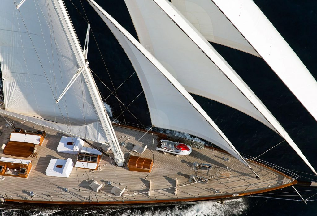 yacht-regina-skyfall-james-bond-szuperjacht-jacht-luxus-hajozashu-fordeck