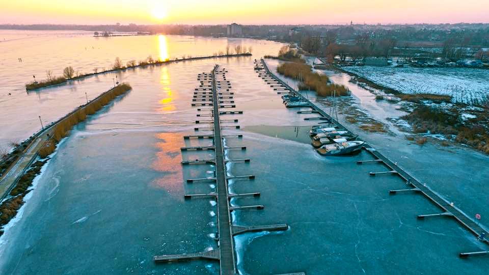 keszthely-dronphoto-kikoto-keszthelyi-yacht-klub-balaton-legifoto-hajozashu-naplemente
