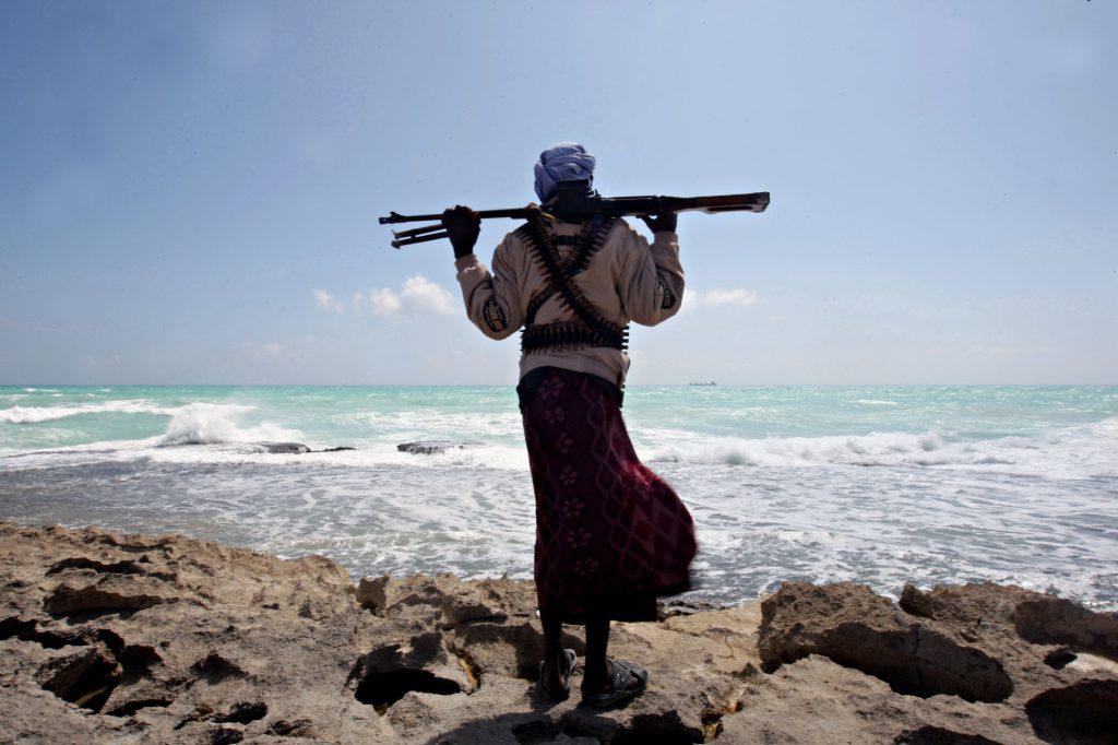 Egy szomáliai kalóz még a fénykorukban, 2010-ben (AFP PHOTO/ MOHAMED DAHIR )