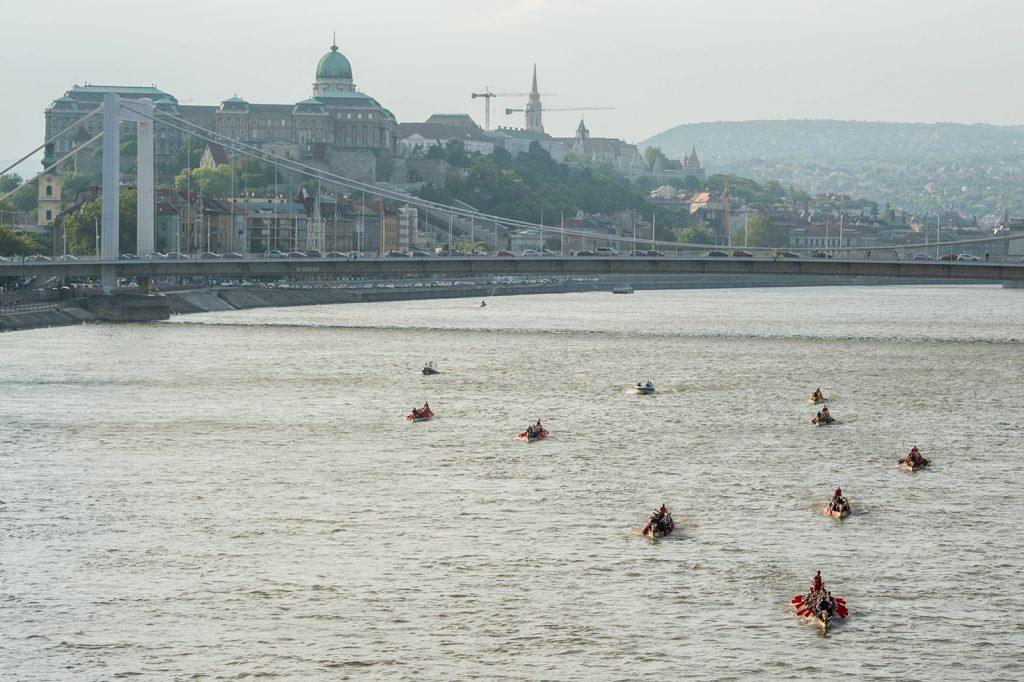 Budapest, 2017. május 6. Sárkányhajók versenye a budapesti Dunai Regatta egyetemi evezősversenyen 2017. május 6-án. MTI Fotó: Balogh Zoltán