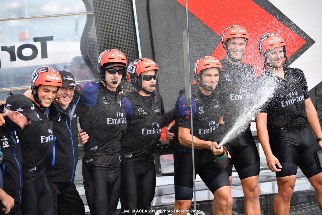 Pezsgo Emirates Team New Zealand donto 35 Amerika Kupa Oracle Team USA HAJOZASHU