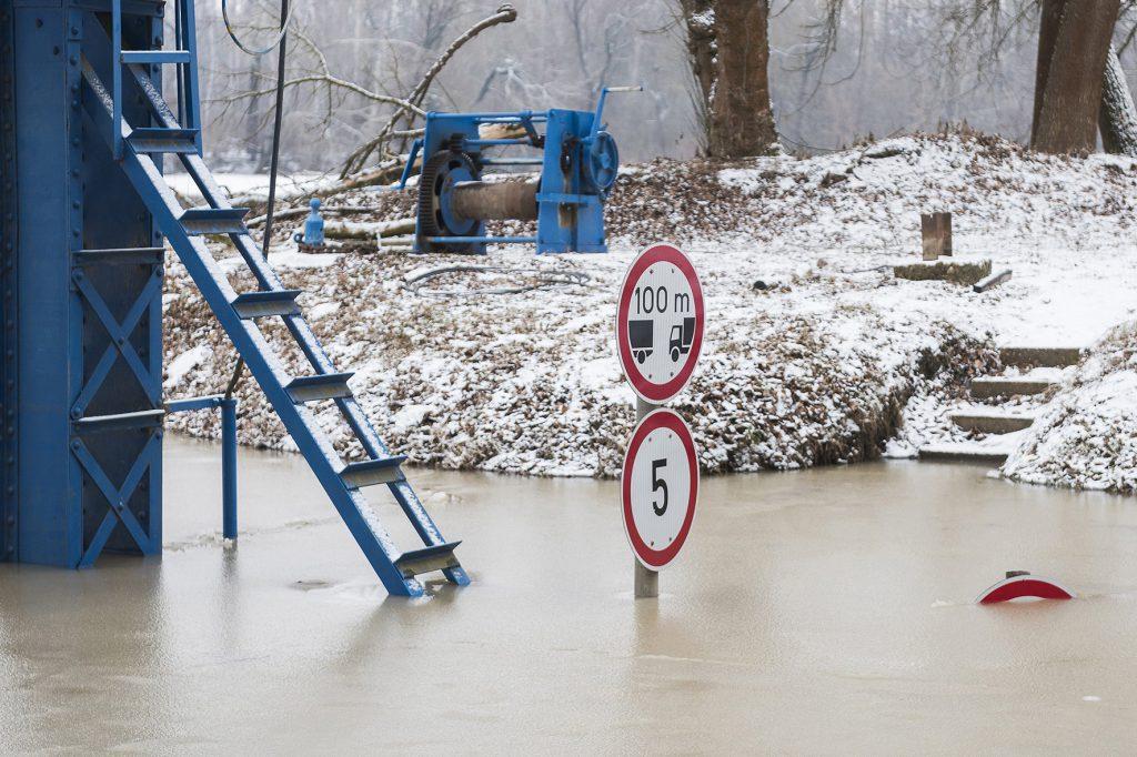 Tiszadob, 2017. február 8. A pontonhídra vezető elöntött út Tiszadobon 2017. február 8-án. MTI Fotó: Balázs Attila