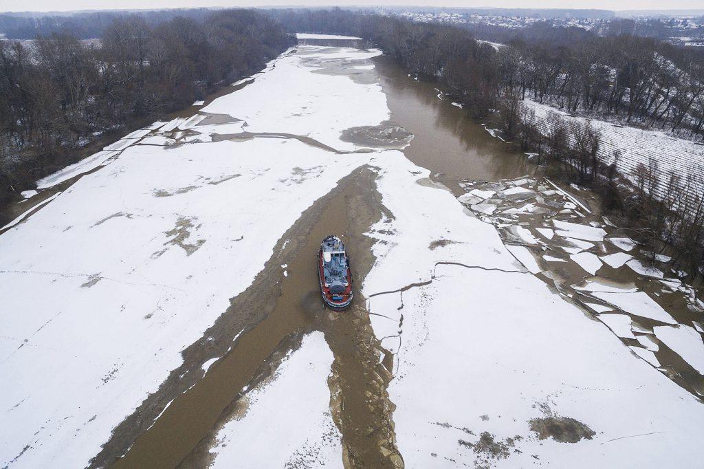 Tiszadob, 2017. február 8. Drónnal készült felvétel a Jégvirág X. jégtörő hajóról, amely elindult a tiszadobi pontonhíd átkelőnél kialakított kikötőből Tiszalökre 2017. február 8-án. A hajó megkezdte a folyosó nyitását Tiszadob és a tiszalöki vízlépcső alatti folyószakaszon. MTI Fotó: Tóth Zoltán